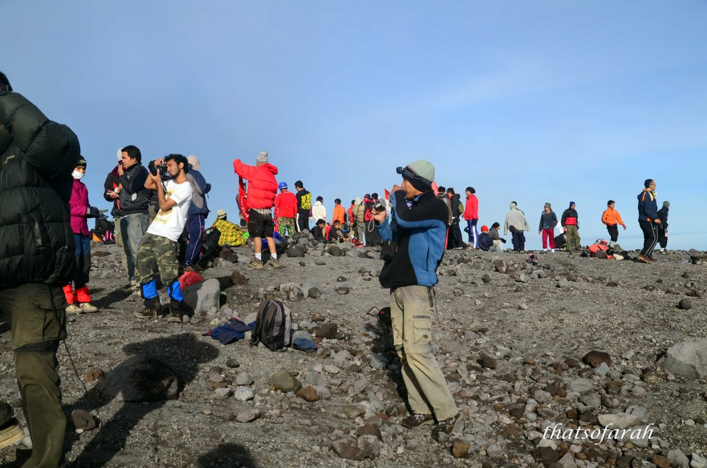 some of the crowd at Mahameru Semeru. I believed some went half way